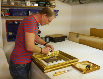 Herr Bartels bei einer Handvergoldung